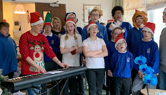 QE2 School Help Abbeyfield Residents get into the festive spirit